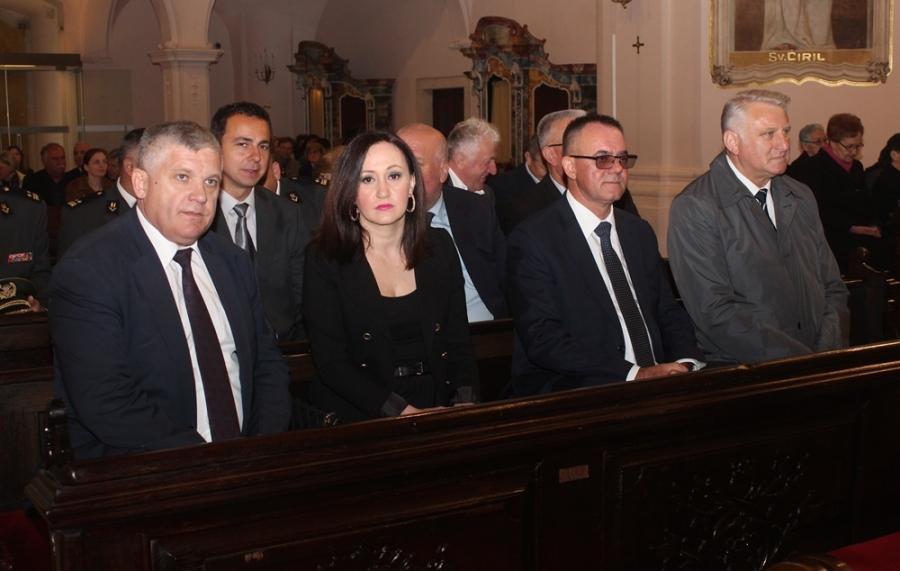 Povodom Dana županije položeni vijenci za poginule branitelje i održana sveta misa
