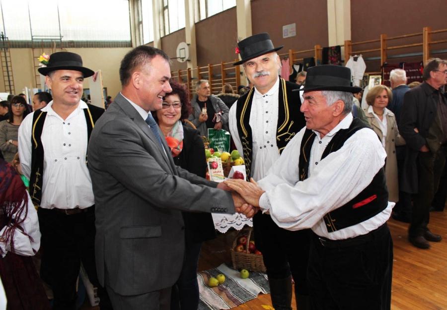 Održana tradicionalna izložba jabuka, voćnih prerađevina i meda