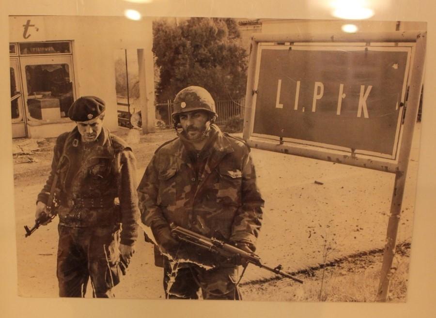 """Izložba ratnih fotografija i radova učenika OŠ Lipik na temu """"Rat u Lipiku"""""""