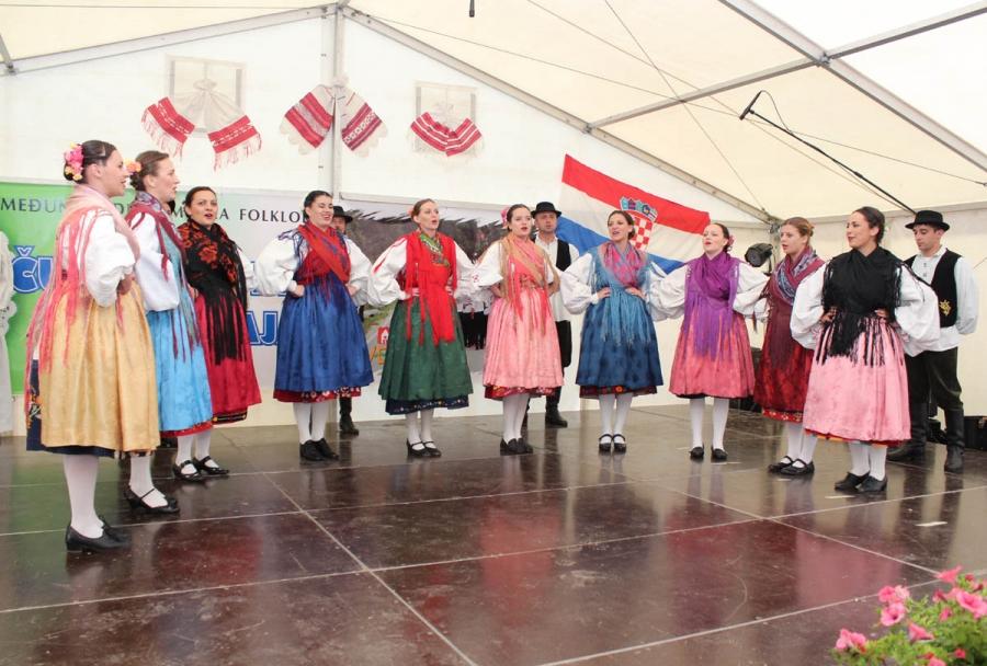 """""""Najduži stol u Hrvata"""" i smotra folklora u Velikoj"""