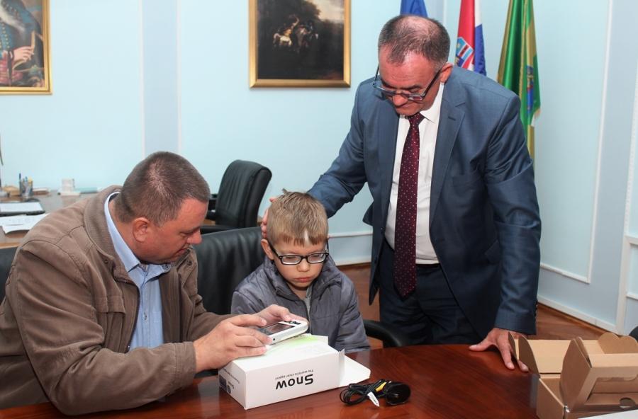 Požeško-slavonska županija osigurala električnu lupu dječaku s teškim oštećenjem vida