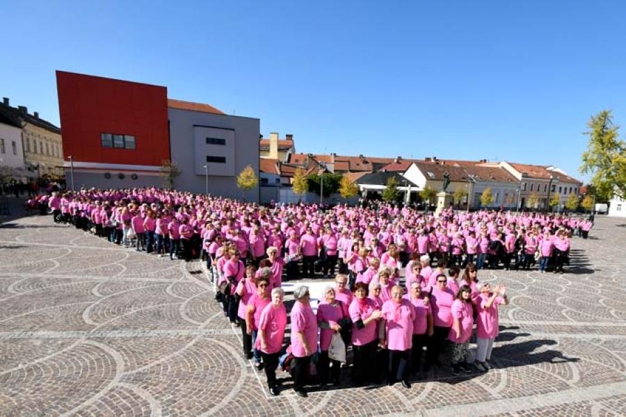 Milenijsku ružičastu vrpcu kreiralo više od 500 žena liječenih od raka dojke na požeškom Trgu sv. Terezije Avilske