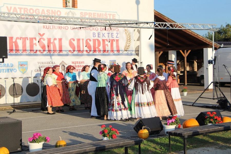 Ljepota narodnih običaja i ove godine predstavljena na 22. Bekteškim susretima