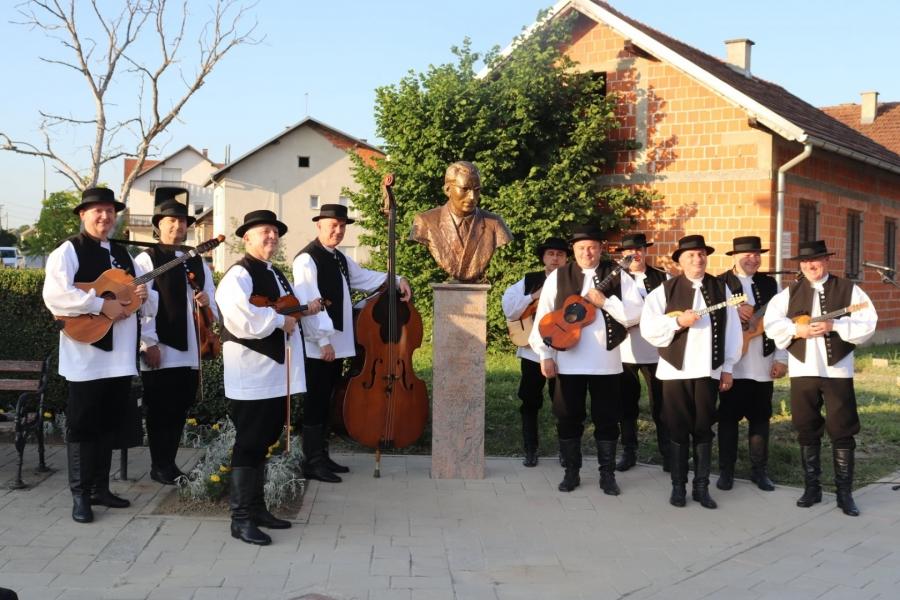 Zvonimiru Ljevakoviću postavljena bista u njegovom rodnom Lipiku