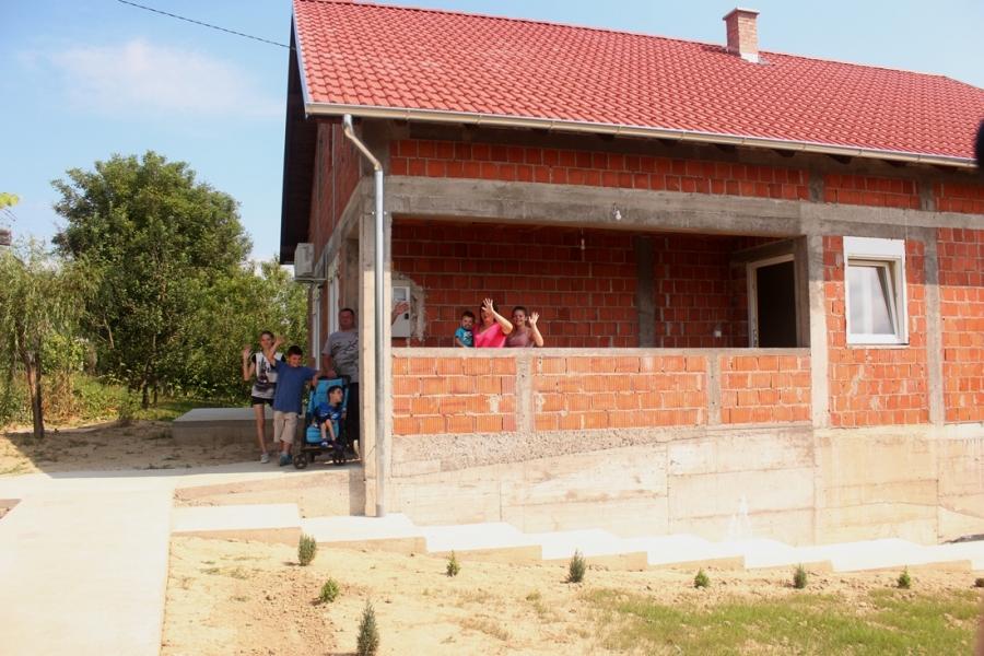 Useljenje obitelji Korman, sedmeročlane obitelji kojoj je uništena obiteljska kuća uslijed požara