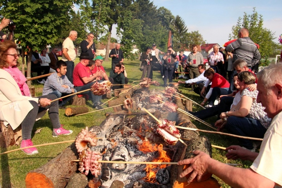 "Održan 4. festival slanine i vina ,,Slanvin"" u Kaptolu"