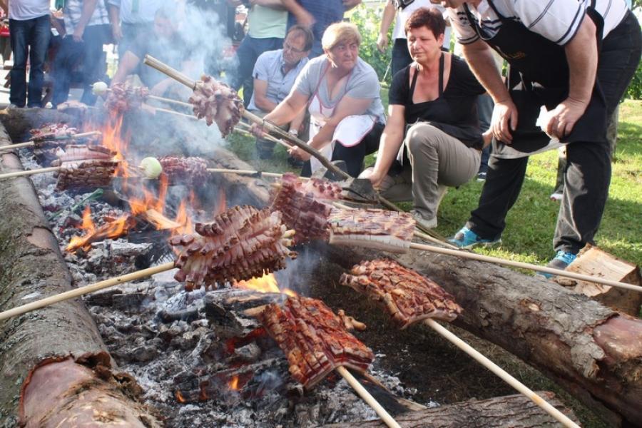 U Kaptolu održan tradicionalni Festival Vino-kap i Festival slanine