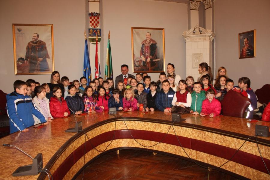 Učenici Katoličke osnovne škole kod župana