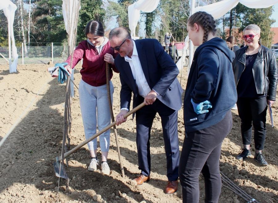 Ogledna sadnja pilot projekta podizanja novih nasada ekološkog voćnjaka na prostoru Poljoprivredno-prehrambene škole